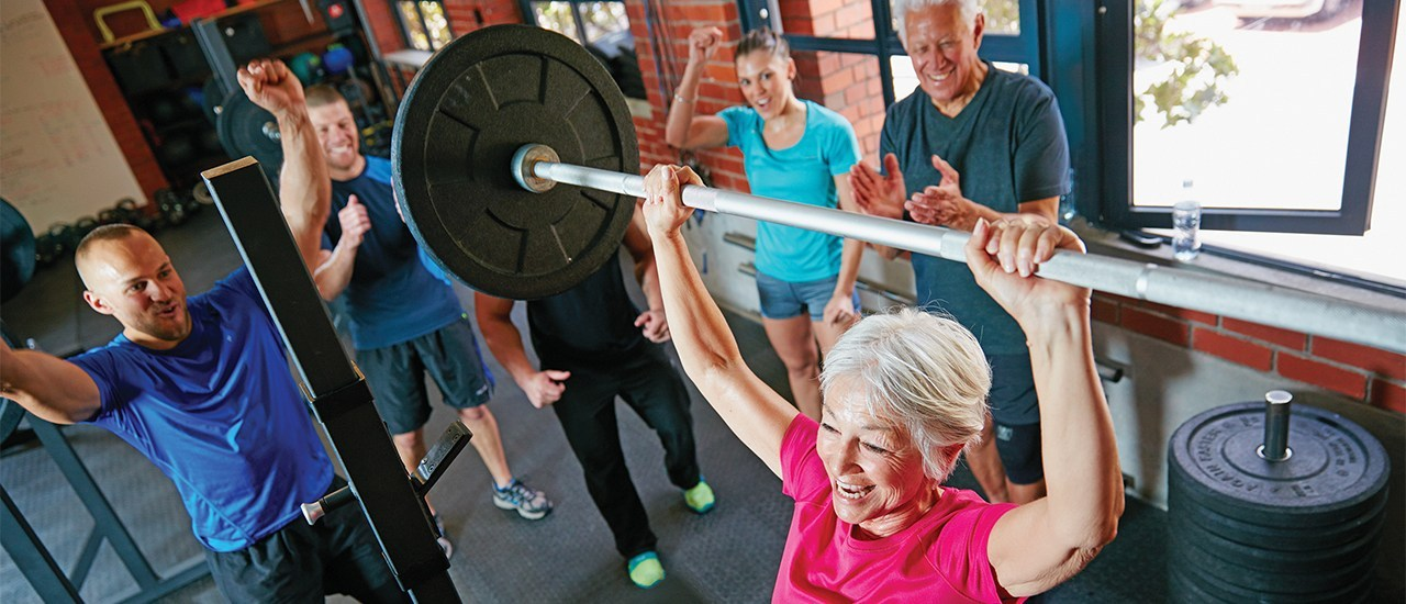 Shot of a senior woman lifting weights while a group of people in the background watch onhttp://195.154.178.81/DATA/i_collage/pu/shoots/806425.jpg